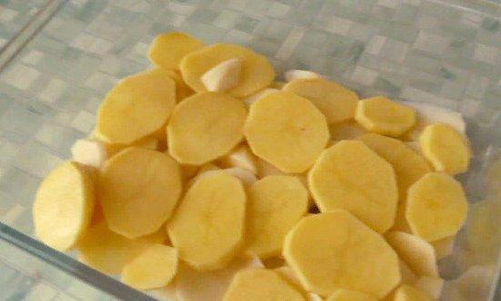 Картошку чистим, нарезаем тонкими пластиками