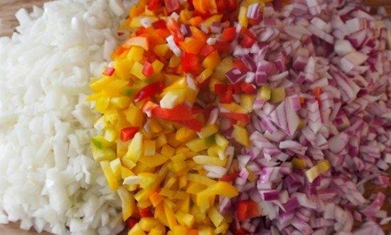 нарезать мелко перец и лук