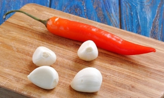 подготовить жгучий перец и чеснок
