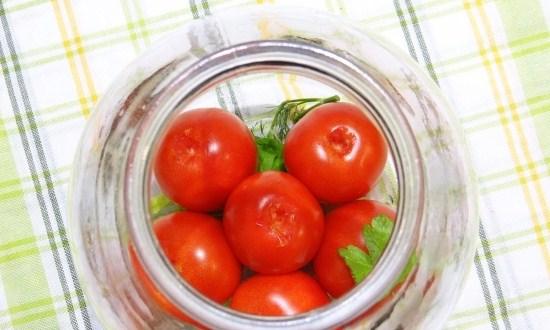 набить банки помидорами