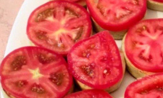 Выкладываем помидор на кабачок