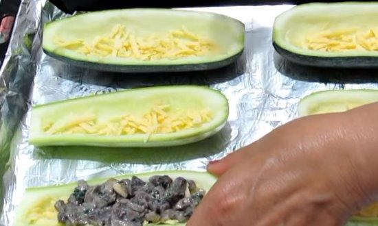 Лодочку посыпаем сыром и выкладываем начинку