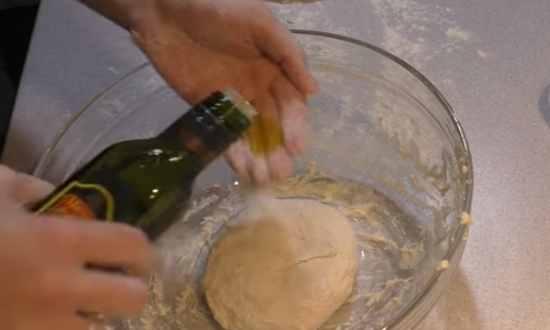 Обмазываем тесто маслом