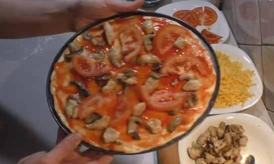 раскладываем грибы, помидоры