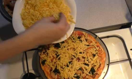 присыпаем поверхность сыром