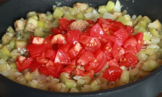 Выкладываем помидоры и специи