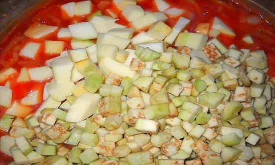 очистить, нарезать кабачки, баклажаны