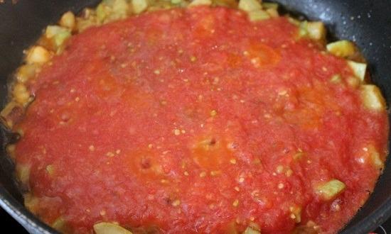 измельчить помидоры в пюре, залить кабачки