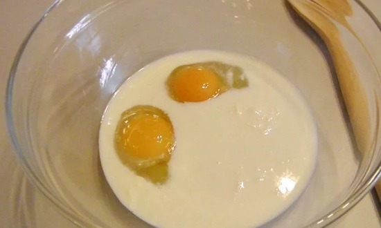 Смешаем молоко, яйцо и соль