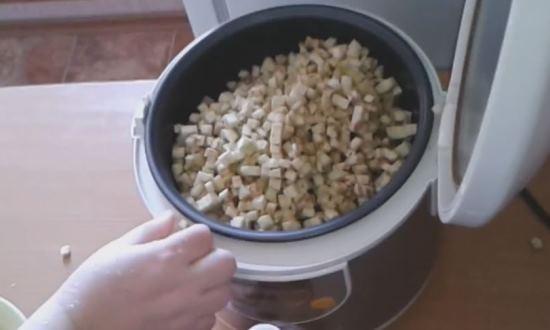 Закладываем все овощи в мультиварку и всыпаем специи