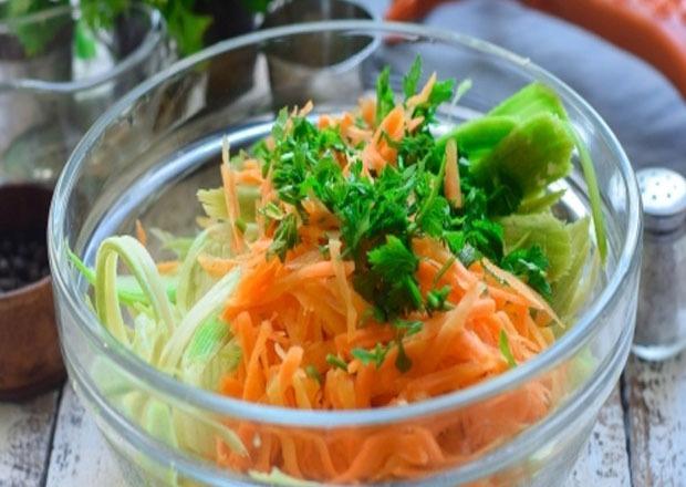 добавляем морковь, зелень
