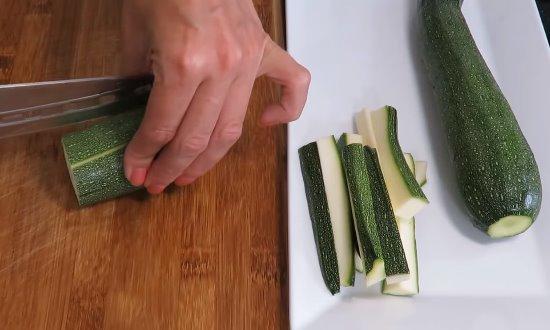 Кабачки нарезаем брусочками