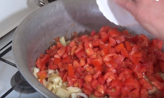 добавить лук, помидоры, перец