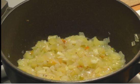 Пассеруем лук и перец и чеснок