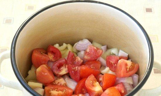 положить в кастрюлю лук и помидоры