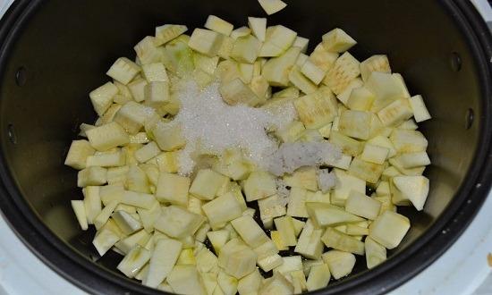 очистить, нарезать кабачки, добавить сахар, соль, масло растительное, тушить
