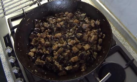 Обжариваем кабачки с чесноком