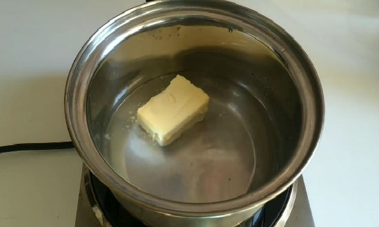 растапливаем масло в воде