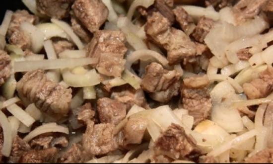пережариваем мясо с луком
