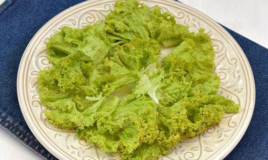 листовой салат на тарелке