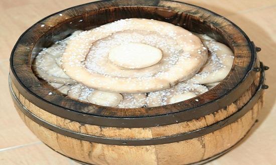 заложить грибы слоями в бочонок
