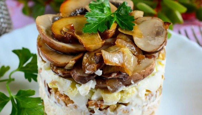 Классический салат с курицей и грибами