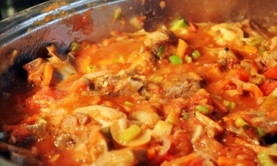 добавляем томаты к мясу