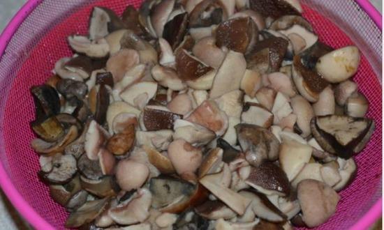 отвариваем грибы и отбрасываем на дуршлаг