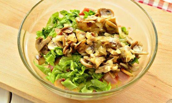 Добавляем зелень и грибы с луком