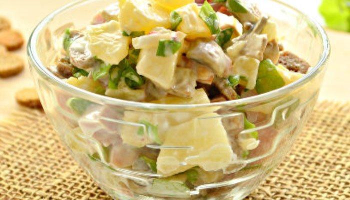 Грибной салат с копчёной курицей и ананасом
