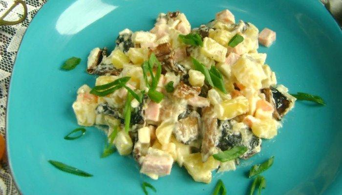 Оливье с колбасой и жареными грибами