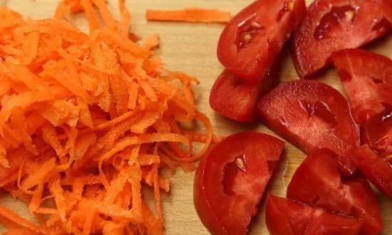 Помидоры и морковь измельчим