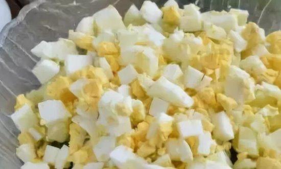 Добавляем порубленные яйца