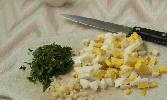 Измельчаем яйца, чеснок, петрушку