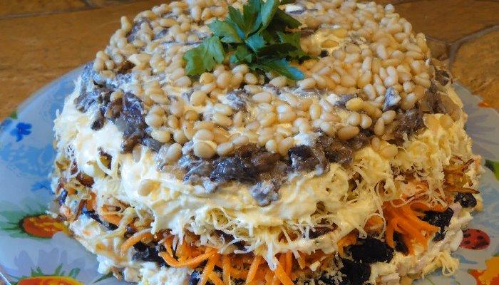 Салат слоёный с курицей, корейской морковью и грибами