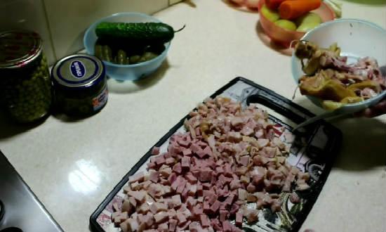 Нарезка мясных ингредиентов