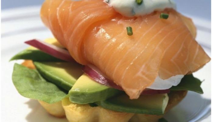 Закуска с красной рыбой и авокадо