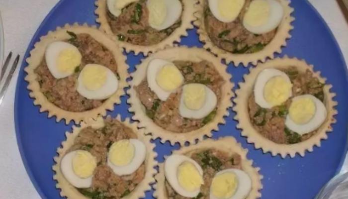 Корзиночки с печенью трески и перепелиными яйцами