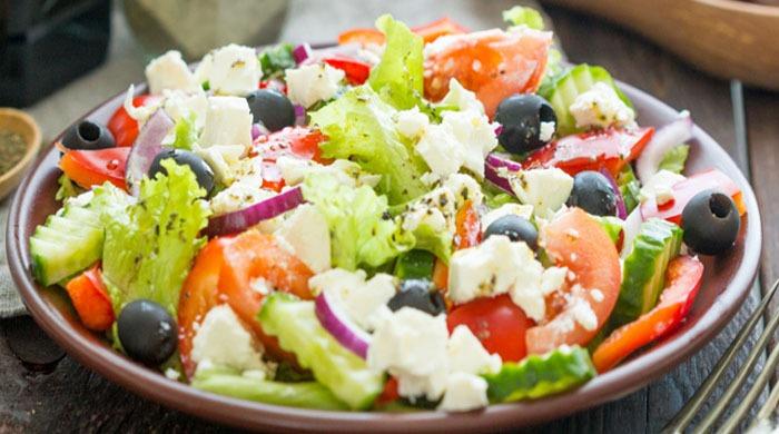 Как приготовить греческий салат в домашних условиях — рецепты классического салата и соусов