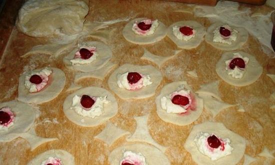 Раскатываем тесто в пласт добавляем начинку