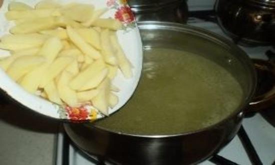 Отправляем картофель в бульон