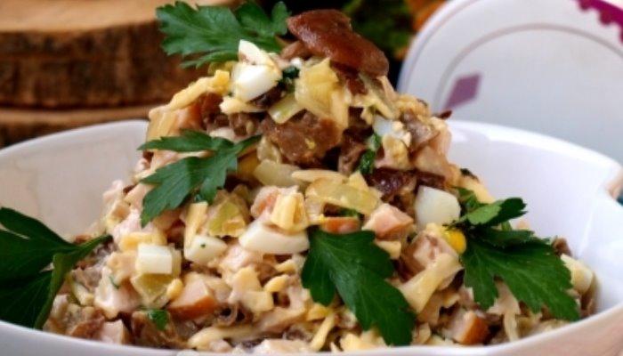 Салат с копчёной курицей грибами и сыром