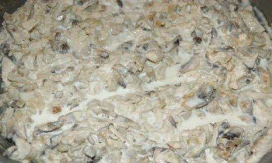 курицу и грибы томим в соусе