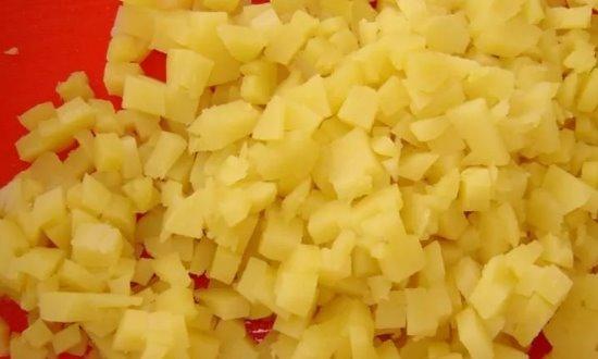 Крошим картофель