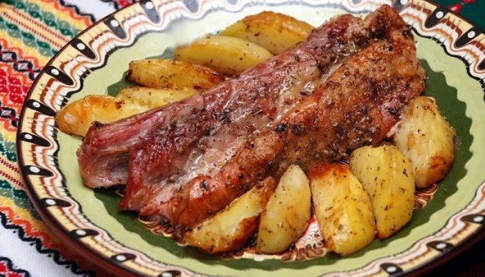 Свиные рёбра в духовке с картошкой
