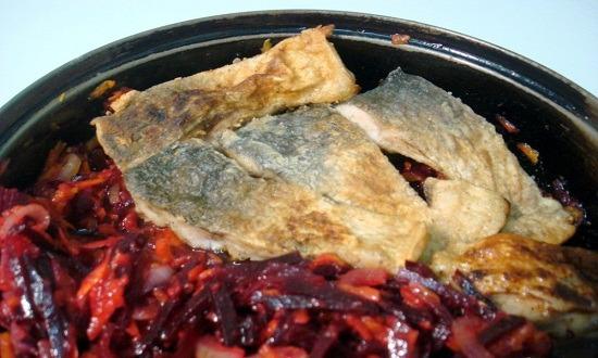 переложить рыбу к овощам