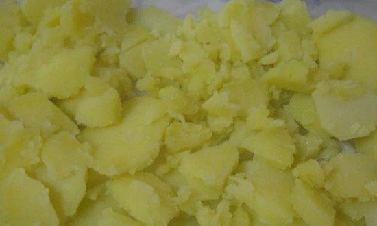 Выкладываем картофель в форму