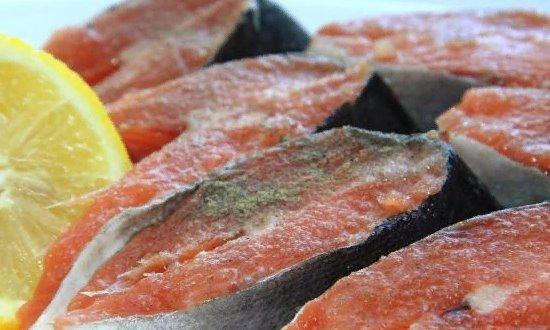 Режем рыбу приправляем её