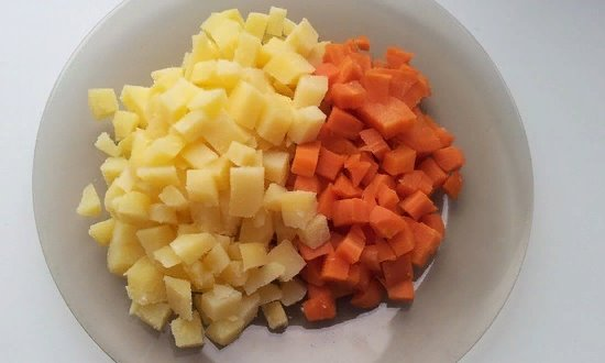 Отвариваем и измельчаем морковь и картофель