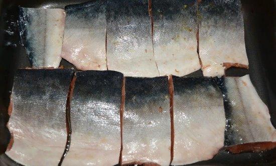 Выкладываем рыбу на противень